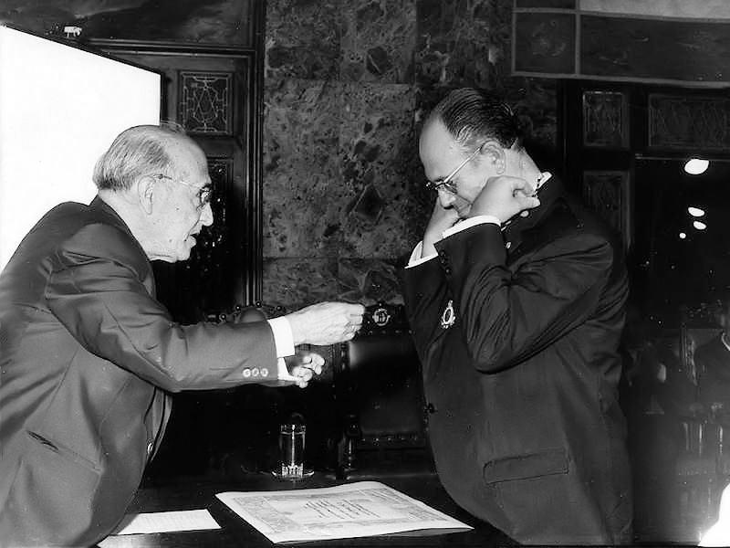 Don Pedro Suárez imponiéndole la medalla de la Academia a Jesús Hernández Perera.