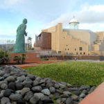 Monumento a Alfredo Kraus, obra de Víctor Ochoa (2001), situado en la Playa de Las Canteras de la capital grancanaria, junto al Auditorio que lleva su nombre.