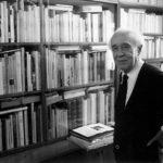 Alberto Sartoris trabajando en la biblioteca, Cossonay (Lausanne), 1985. (Foto de Chistian Leprettre)