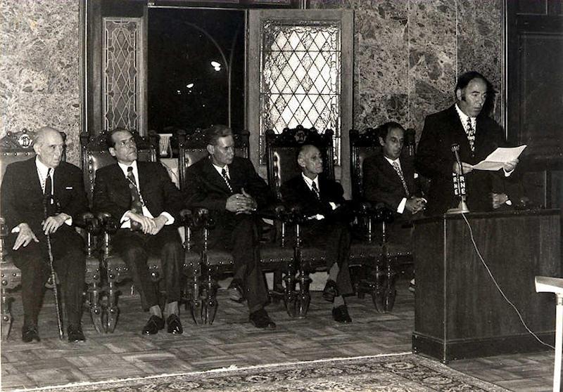 1973: discurso de Eliseo Izquierdo ante la Academia. Sentados detrás, de izquierda a derecha: Pedro Tarquis Rodríguez, A. Vizcaya Cárpenter, Antonio González Suárez, Manuel Bonnín y Pedro González.