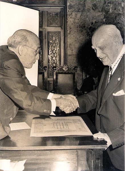 1973: don Antonio Lecuona Hardisson recibe los atributos de honor de manos del presidente Pedro Suárez.