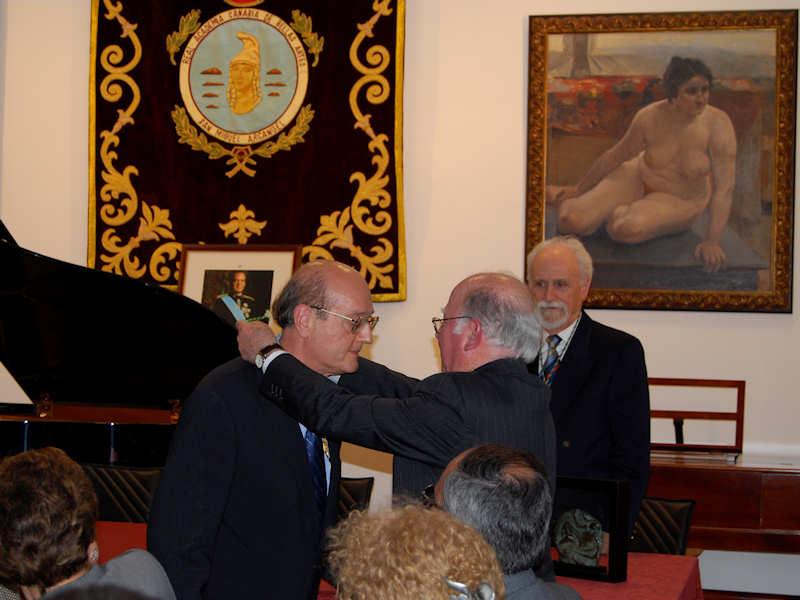 25-III-2008: Acto de investidura del compositor Francisco González Afonso, quien recibe la medalla que le impone el Presidente Izquierdo ante el secretario en funciones, el también compositor Armando Alfonso.